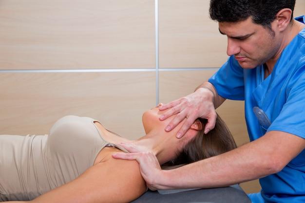 Zervikale dehnungstherapie mit therapeutin am hals einer frau