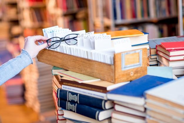 Zettelkatalog mit brille in der bibliothek