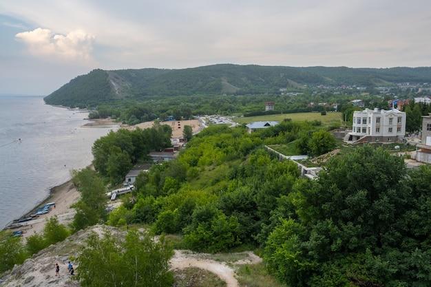 Zhigulevsk, russland - 10. juli 2021: küste der wolga in der nähe der stadt zhigulevsk. zhiguli-gebirge. samarskaja luka.