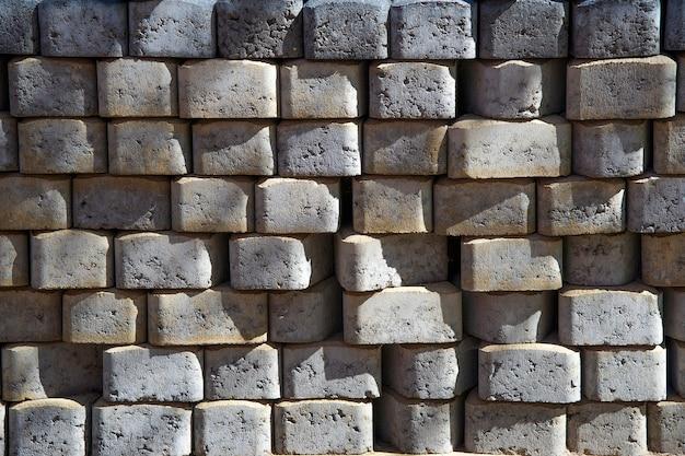 Ziegel für pflastersteine gestapelt in stapeln, hintergrundstrukturstruktur. baumaterial.