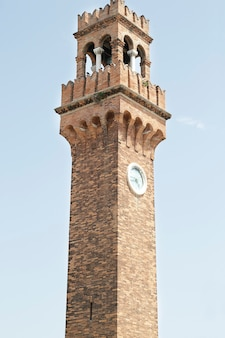 Ziegelstein glockenturm von san giacomo am san stefano platz, gelegen auf der insel murano, italien
