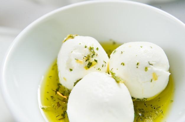 Ziegenkäse in olivenöl und gewürzen.