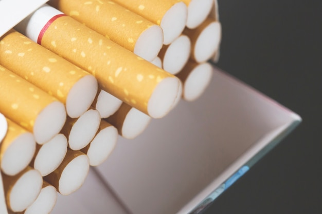 Ziehen sie es ab zigarettenpackung bereiten sie das rauchen einer zigarette vor. packaufstellung.