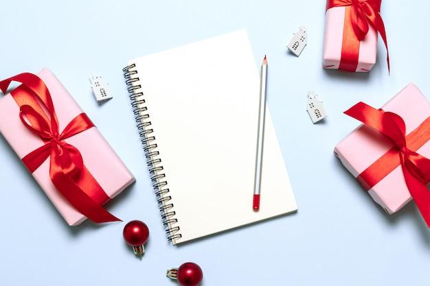Ziele pläne träume machen liste zu tun. winterurlaub-weihnachtskonzeptschreiben des neuen jahres im notizbuch.