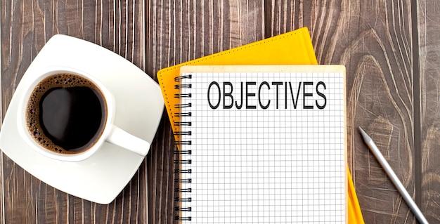 Ziele-text auf dem notizbuch mit kaffee auf dem holzhintergrund