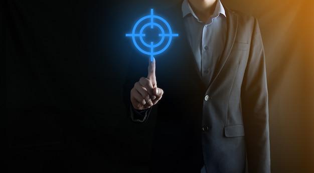 Zielkonzept mit geschäftsmannhand, die zielsymbol-dartscheibenskizze auf tafel hält. ziel- und anlagezielkonzept.