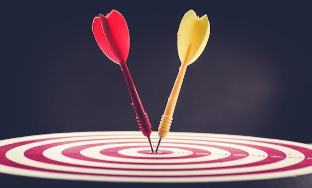 Zielpfeilstift auf mittelpunkt 10 punkt dartboard marketing-konzept.