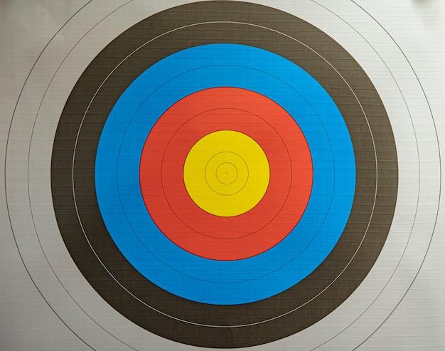 Zielscheibe und dart beim bogenschießen in der sporthalle