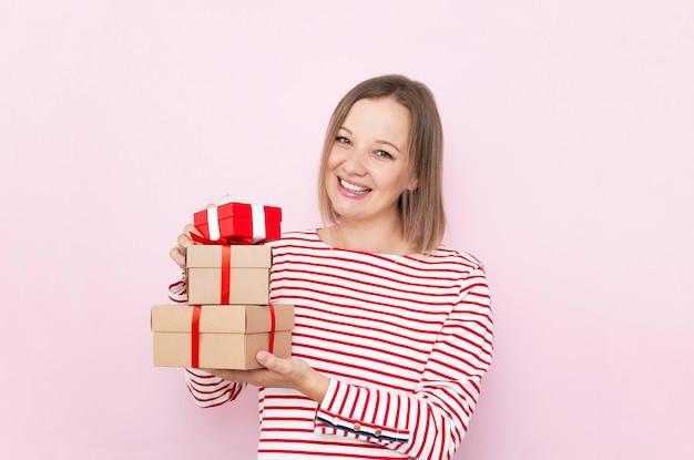 Ziemlich glückliche frau mit geschenkboxen.