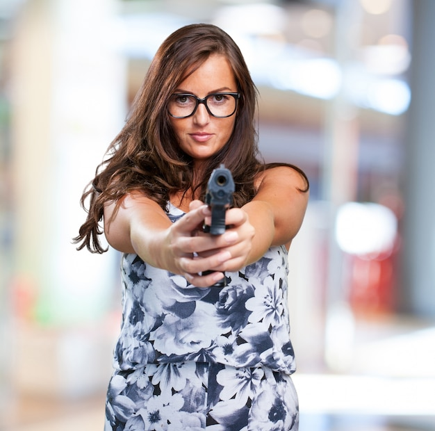 Ziemlich mafia frau mit einer pistole