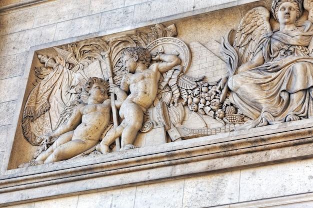 Zierleisten auf dem arc de triomphe. paris. frankreich.
