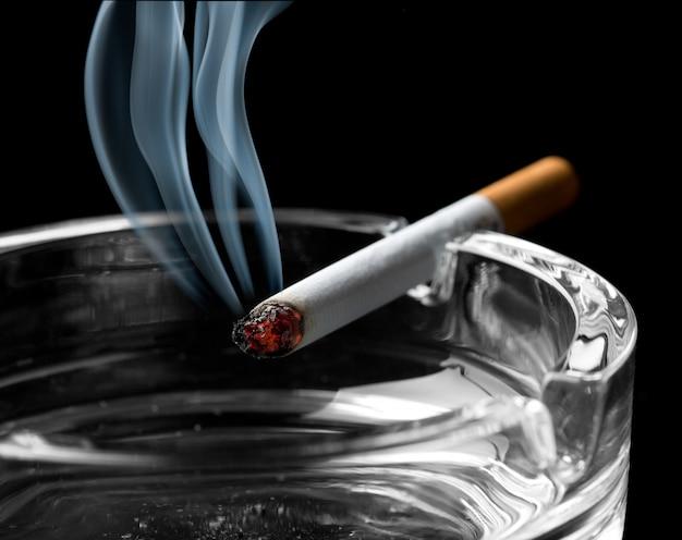 Zigarette am aschenbecher