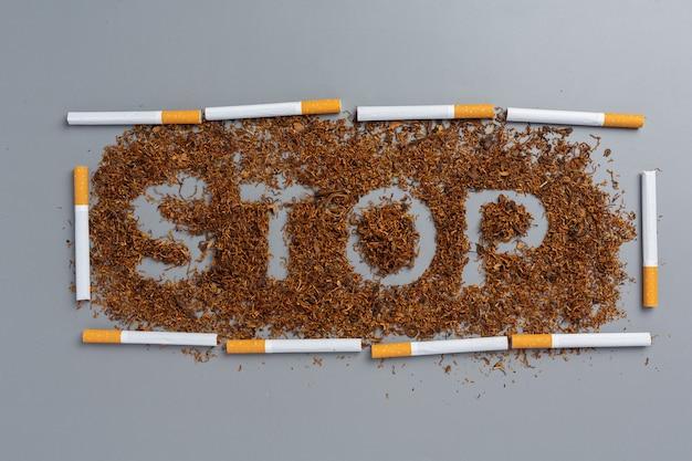 Zigarette auf der dunklen oberfläche. welt kein tabak-tageskonzept.