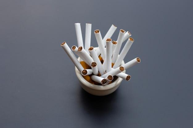 Zigarette auf dunklem hintergrund. nichtraucher für gesundheitskonzept