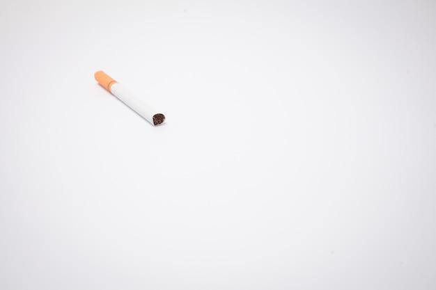 Zigarette auf weißem hintergrund