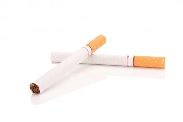 Zigarette getrennt auf weißem hintergrund