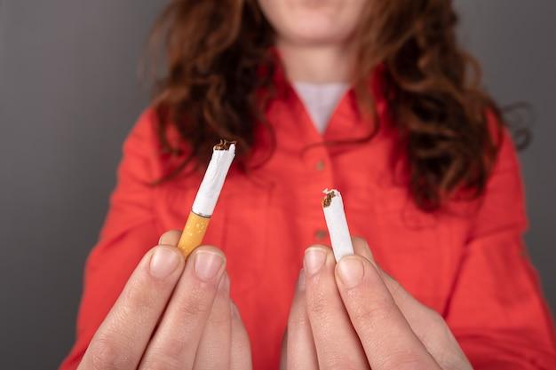 Zigarette in der hand zerbrochen, mit dem rauchen aufhören.
