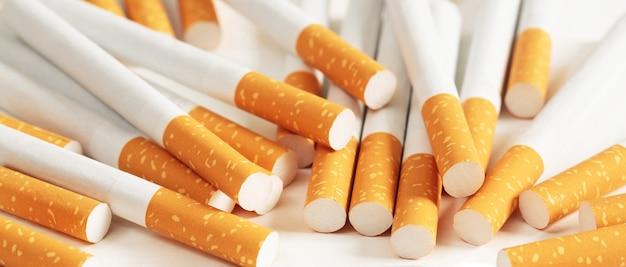Zigaretten auf weißem hintergrund