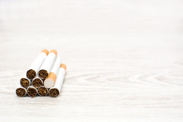 Zigaretten auf weißem holztisch kopieren raum
