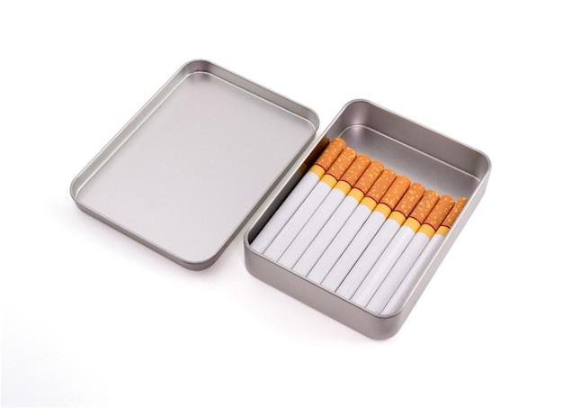 Zigaretten in der metallbox lokalisiert auf weißem hintergrund