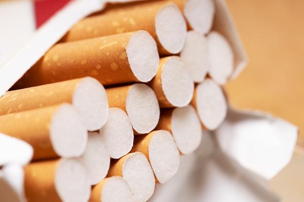 Zigaretten in einem tutu hautnah. orangenfilter