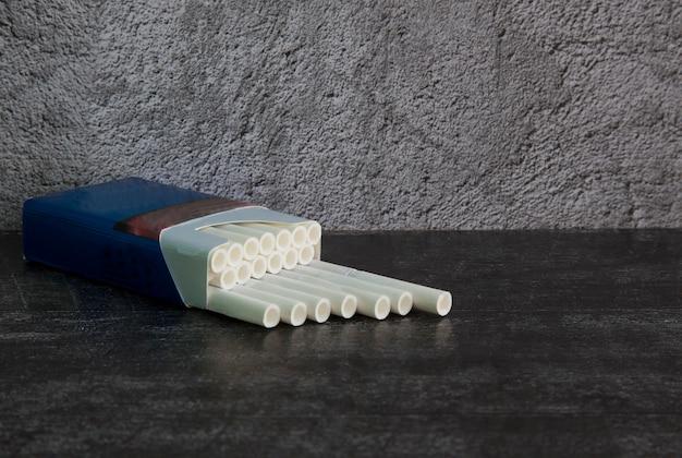 Zigaretten mit weißem filter in einer blauen packung
