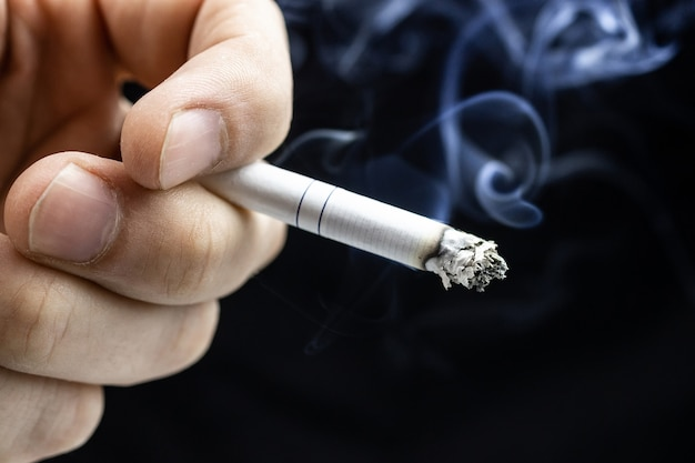 Zigarettenhand schwarz