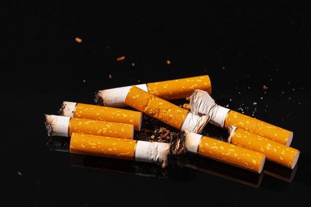Zigarettenkippen auf schwarzer oberfläche hautnah