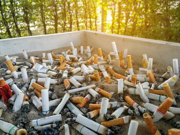 Zigarettenkippen, geraucht in aschenbecher ist schlecht für ihre gesundheit