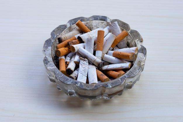 Zigarettenkippen im glasaschenbecher