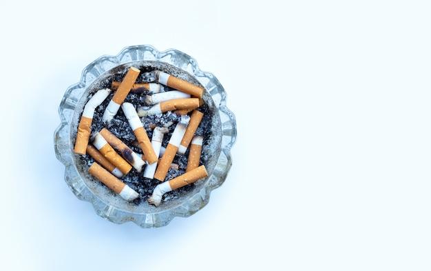 Zigarettenknospen in einem transparenten aschenbecher
