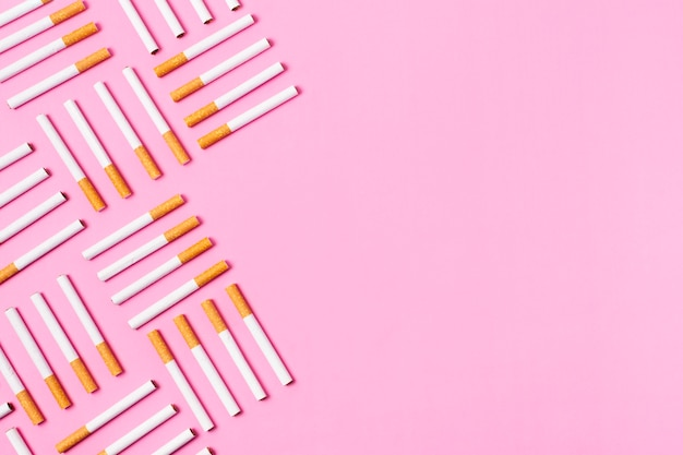 Zigarettenrahmen auf rosa hintergrund