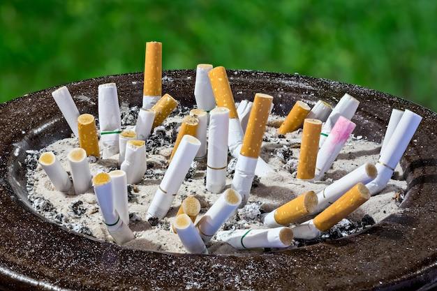 Zigarettenstummel im aschenbecher
