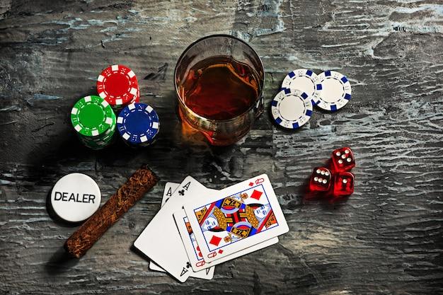 Zigarre, chips für glücksspiele, getränke und spielkarten