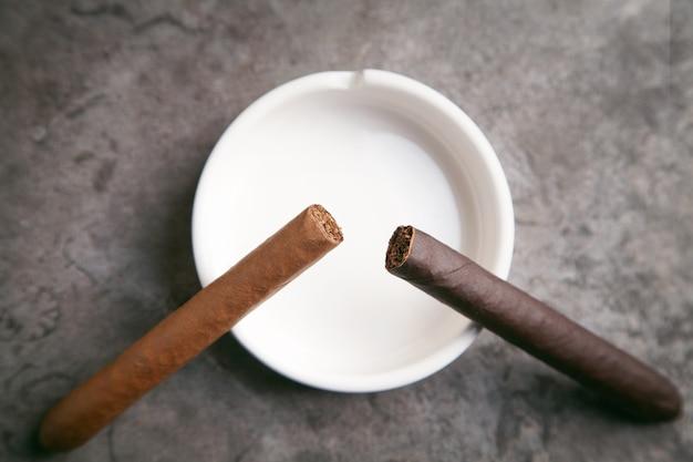 Zigarre und aschenbecher auf dem tisch