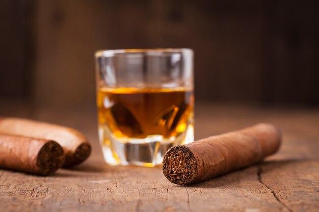 Zigarren und whisky auf alten holztisch