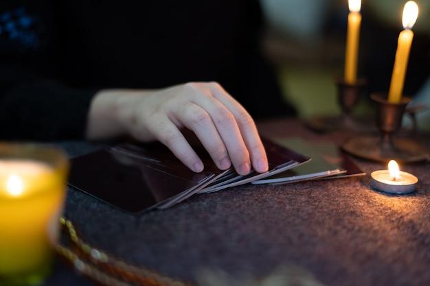 Zigeuner-wahrsager sagen horoskope für kunden voraus, die vorausschauende zigeunerkarten verwenden.