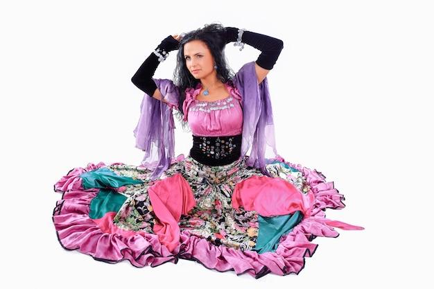 Zigeunertänzerin. zigeunertanz. eine tanzshow. die tracht. ethnische kultur.