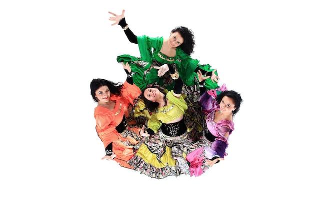Zigeunertanzgruppe. volkstanz. eine tanzshow. ethnische kultur. der blick von oben