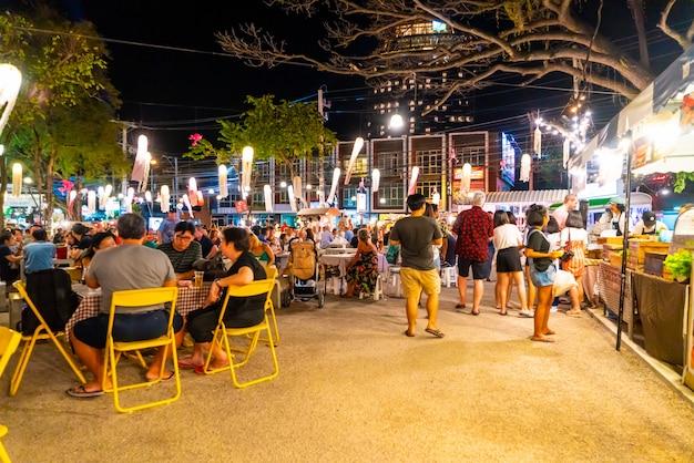 Zikadenmarkt in hua hin. es ist ein berühmter nachtmarkt, der aus handgefertigten dekorationsartikeln, modekleidung, secondhand-artikeln und lebensmitteln besteht.