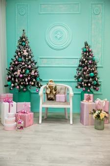 Zimmer mit modernem weihnachtsdekor