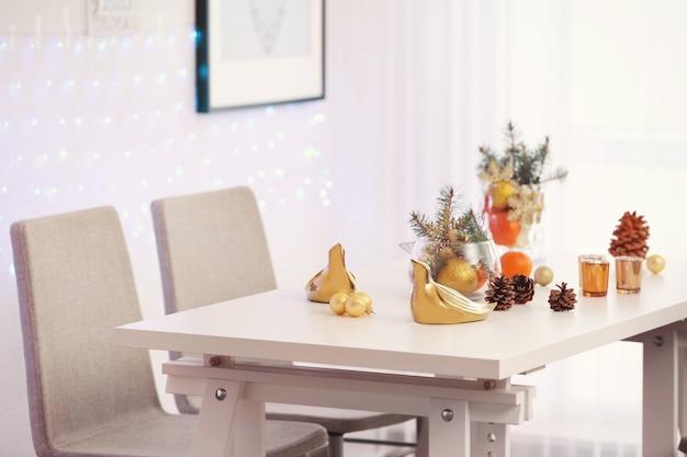Zimmer mit tisch und stühlen zu weihnachten dekoriert