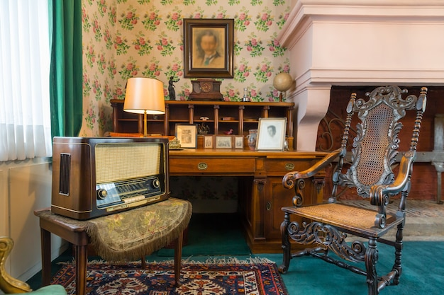 Zimmereinrichtung mit vintage-möbeln, europa. antike europäische architektur und stil,