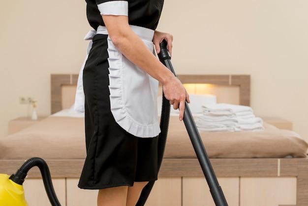 Zimmermädchen, das hotelzimmer vorbereitet