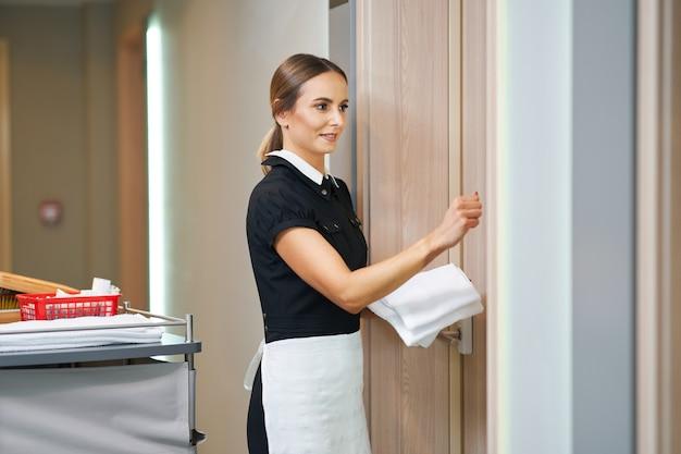Zimmermädchen, das im hotelflur spaziert