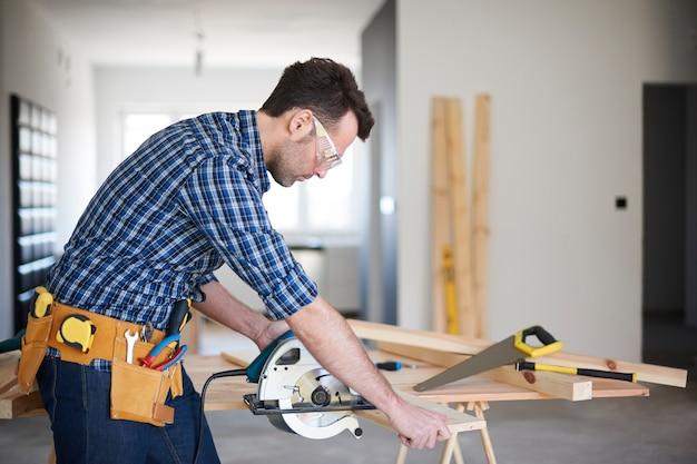 Zimmermann arbeitet in einem haus