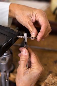 Zimmermann arbeitet mit kleinen werkzeugen