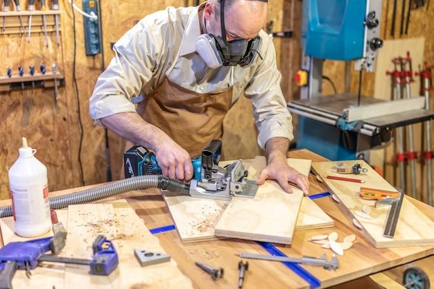 Zimmermann bei der arbeit in seiner werkstatt mit einem keksschreiner