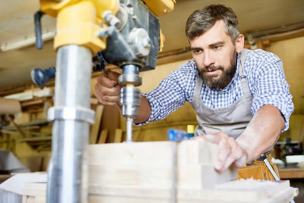 Zimmermann, der in der tischlerei arbeitet