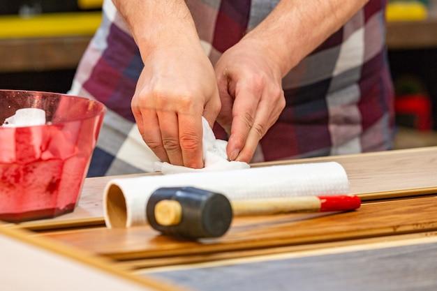 Zimmermann macht seinen job in der tischlerei